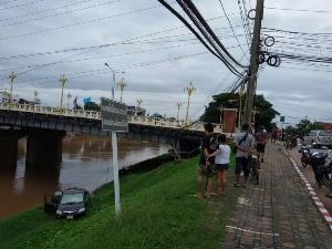 รอดหวุดหวิด! เก๋งหนุ่มนครไทยไม่ยอมเลี้ยว พุ่งตกตลิ่งหน้าเจดีย์วัดราชฯอีกเมตรเดียวจมน้ำน่านดับ