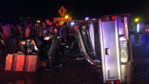 กระบะเสียหลักชนแบริเออร์ รถพลิกคว่ำพังยับ คนเจ็บ 2 ราย