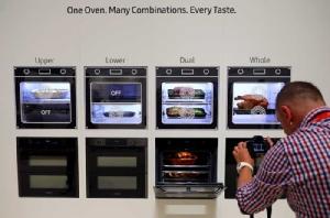 การสาธิตเตาอบ Samsung Dual Cook Flex ซึ่งบอกชัดเรื่องระบบอบคู่ด้านล่างและบน