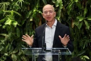 เจฟฟ์ เบซอส (Jeff Bezos) ผู้ก่อตั้ง Amazon.com Inc. วันนี้เจฟฟ์ไม่ได้เป็นแค่อภิมหาเศรษฐีผู้ร่ำรวยที่สุดในโลก แต่ Amazon สามารถขึ้นเป็นบริษัทอเมริกันรายที่ 2 ที่มีมูลค่าตลาดเกิน 1 ล้านล้านเหรียญ