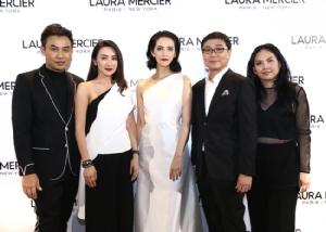 """""""แป้งลอร่า เมอร์ซิเอ"""" พาพบปรากฎการณ์ใหม่ New! Laura Mercier Translucent Loose Setting Powder Glow พร้อมเปิดตัว Laura Mercier Muse คนแรกของประเทศไทย!  """"ซาร่า เล็กจ์"""""""
