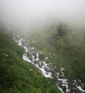 หวาดเสียว! อิ๊ป-ยุพาพักตร์ยืนโพสท่าถ่ายรูปที่หน้าน้ำตก Bhagsu Waterfall เมืองดารัมชาลา