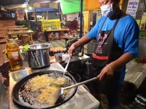 """ลูกค้าแน่น! ครูอนุบาลเมืองตรังเปิดร้านขาย """"ผัดไทยสูตรตำนาน"""" ยอดพุ่งกระฉูด"""
