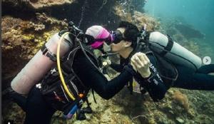 """""""ทาทา"""" สวีตสามีจูจุ๊บใต้ทะเล  ซีนนี้ภาพสวยมาก"""