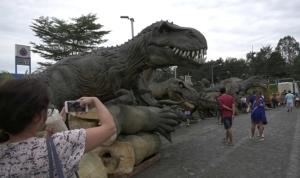 ชาวตราดแห่ชมหุ่นไดโนเสาร์จำลองกว่า 20 ตัว บริเวณพื้นที่วางริมถนนสุขุมวิท