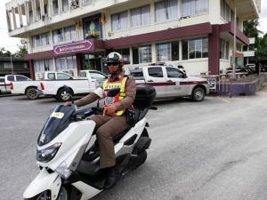 สังคมออนไลน์แห่ชื่นชมตำรวจน้ำดี ช่วยเปลี่ยนยางรถยนต์ให้ประชาชนริมถนน