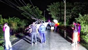 ฝนตกถนนลื่นดาบตำรวจหวิดดับขับรถกลับบ้านชนเสาไฟฟ้าโค่น 2 ต้น