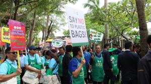 กระทรวงทรัพย์ฯ จัดกิจกรรมลดการใช้ถุงพลาสติก กล่องโฟม ที่ตลาดลานโพธิ์นาเกลือ