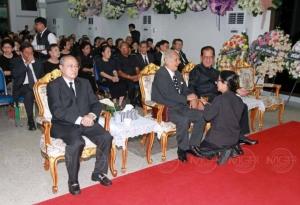 โปรดเกล้าฯ พระราชทานพวงหรีดวางหน้าศพ ศ.ดร.ชัยอนันต์ สมุทวณิช