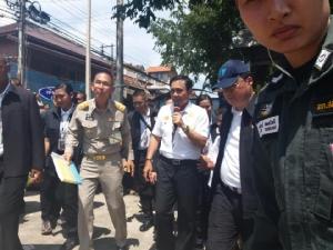 นายกฯ ฝ่าแดดถนนคนเดินเชียงคาน พบปะ ปชช.พร้อมชมพิธีผาสาดลอยเคราะห์
