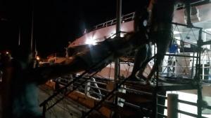 ชื่นชม! กัปตัน-บริษัทเรือเร็วลมพระยา ฝ่าคลื่นรับ 2 นักท่องเที่ยวเจ็บหนักจากรถชนบนเกาะพะงัน