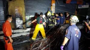 หวิดวอด! ไฟไหม้สายไฟย่านจตุจักร ลุกลามติดบ้านเรือน ปชช.สำลักควันเจ็บ 2 ราย