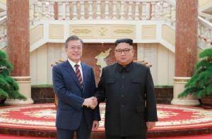 สะเทือนเลื่อนลั่น!! 2 ผู้นำเกาหลี จับมือเสนอตัวจัด