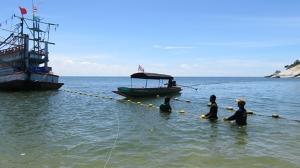 แห่งแรกในไทย ! ทม.หัวหิน วางทุ่นตาข่ายป้องกันฉลาม หลัง นทท.ถูกฉลามกัดที่ หาดทรายน้อย เขาเต่า