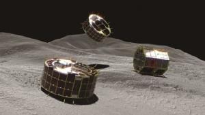 ภาพจำลองยานโรเวอร์  1A และยานโรเวอร์ 1B ลงจอดบนดาวเคราะห์น้อยริวกุ ที่เผยแพร่โดยสำนักงานสำรวจอวกาศแห่งญี่ปุ่น (JAXA) โดยของจริงจะมีการเผยแพร่หลังจากนี้