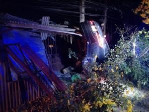 รถเก๋งเสียหลักพุ่งเข้าร้านค้าพังเสียหายคนขับบาดเจ็บเล็กน้อย โชคดีไม่มีใครเจ็บ