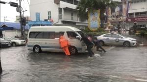 """พายุโซนร้อน """"จ่ามี"""" (Trami) ซัดพัทยาอ่วม น้ำท่วมขังทั่วเมือง"""