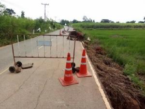 13 หมู่บ้าน อ.ชื่นชมเดือดร้อนหนัก ฝนตกหนักน้ำป่าเซาะถนนขาด
