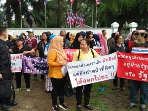กลุ่มคนไทยรักสันติบุกร้องรองอธิการฯ ม.อ.ปัตตานี สอบ นศ.ที่ต้านกฎอัยการศึกที่หนองจิก