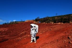 พิธีกรสาวสวมชุดอวกาศเดินไป-เดินมาบนโลก