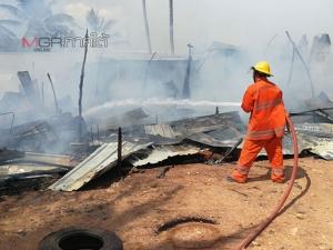 ไฟไหม้แคมป์คนงานก่อสร้างชาวพม่า ในชุมชนเทศบาลเมืองคอหงส์หนีตายกันวุ่น