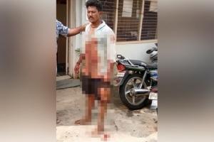 สยอง! หนุ่มอินเดียฆ่าตัดศีรษะเพื่อนรัก ขับ จยย.หิ้วหัวไปสถานีตำรวจ (ชมคลิป)