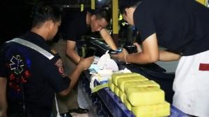 แก๊งยาบ้าขับรถฝ่าไฟแดงสามแยกชุมพร ซิ่งหนีด่านเสียหลักตกข้างทาง ยึดบ้า 1 แสนเม็ด คนขับหนีได้