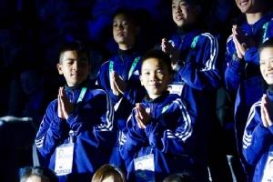 """""""ทีมหมูป่า"""" ร่วมพิธีเปิดกีฬาโอลิมปิกเยาวชนฤดูร้อน ปธ.โอลิมปิกชมตั้งมั่น-กล้าหาญ"""