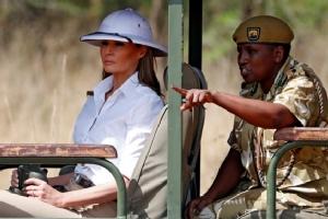 """InPics&Clip : เยือนต่างประเทศครั้งแรก """"เมลาเนีย  ทรัมป์"""" เลือกหมวกยุคล่าเมืองขึ้นระหว่างเยือนทวีปแอฟริกา"""