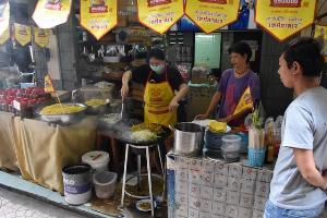 ชวนชิม! หมี่เจแสนอร่อย ตลาด 100 ปีศาลเจ้าโรงทอง เมืองอ่างทอง