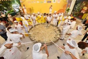 """โคราชจัดเต็มเทศกาลกินเจ ฮือฮาปรุงเมนูเจกุศล """"ข้าวผัดฟิวชัน 5 สีกระทะยักษ์"""" ใหญ่สุดในไทย"""