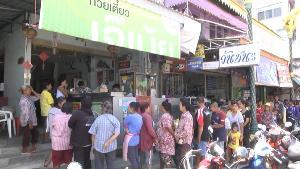 """ร้านดังอุทัยฯ ลวกบะหมี่แจกคนกินฟรี ถวายพระราชกุศลแด่ """"ในหลวง ร.๙"""""""
