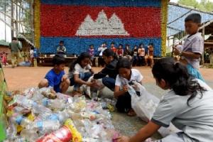 หนุ่มเขมรรักษ์โลกใช้ขยะสร้างโรงเรียนสอนเด็กเห็นคุณค่าการรีไซเคิล
