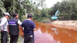 โรงงานปุ๋ยต้นตอน้ำเสียไหลลงแหล่งผลิตประปาหมู่บ้าน พร้อมจ่ายค่าเสียหาย