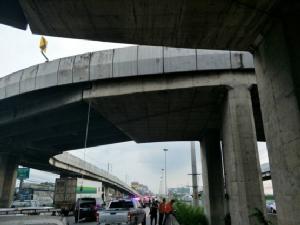 จยย.ถูกเบียดเสียหลัก คนซ้อนกระเด็นตกสะพานถูกรถเก๋งชนซ้ำเสียชีวิต