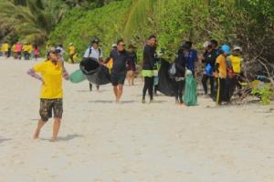 ผู้ว่าฯ พังงานำจิตอาสา-ผู้ประกอบการเรือเก็บขยะเกาะสิมิลันรับนักท่องเที่ยวพรุ่งนี้