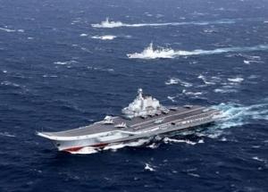 """<i>เรือบรรทุกเครื่องบิน """"เหลียวหนิง"""" ของจีน พร้อมเรือรบติดตามลำอื่นๆ </i>"""