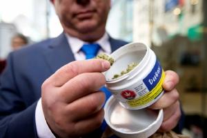 ลูกค้าชาวแคนาดารายหนึ่งกำลังชื่นชมกัญชาที่ซื้อมาได้อยู่บริเวณด้านนอกร้านสมาคมกัญชาควิเบค SQDC (Quebec Cannabis Society)เมืองควิเบค แคนาดา ภาพถูกถ่ายในวันที่แคนาดาอนุญาตให้การเสพกัญชาเพื่อสันทนาการอย่างถูกกฎหมายเป็นวันแรก ภาพประจำวัยพุธ(17) รอยเตอร์