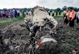 ซาก F-7 หนึ่งในสองลำที่ตกในเขตเมืองมาจเว (Magwe) ทางตะวันตกของประเทศในวันเดียวกัน -- ชาวพม่าถามกันว่าต้องคอยนับศพนักบินอีกกี่ศพ.