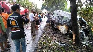 สลด! รถตู้ชน-ไฟลุกท่วมริมทางคลองขลุง คลอกคนโดยสารดับสยอง 8-เจ็บระนาว