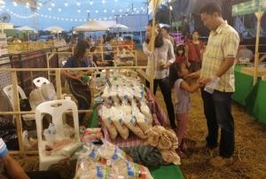 """เกษตรกร 8 จว.อีสานใต้เฮ! ยอดขายผลิตภัณฑ์ชั้นนำประจำถิ่นงาน """"FARM@HOME"""" ทะลุเป้า"""