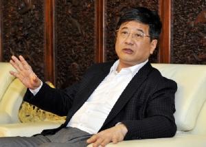 <i>เจิ้ง เสี่ยวซ่ง ขณะที่ดำรงตำแหน่งเป็นเลขาธิการของสาขามณฑลฝู่เจี้ยน ของพรรคคอมมิวนิสต์จีน พูดในการประชุมครั้งหนึ่งที่เมืองฝูโจว มณฑลฝู่เจี้ยน ประเทศจีน เมื่อวันที่ 23 เมษายน 2016 (ภาพนี้เผยแพร่โดยสำนักข่าวรอยเตอร์) ทั้งนี้ เจิ้งซึ่งเป็นเจ้าหน้าที่ระดับสูงสุดของรัฐบาลจีนประจำมาเก๊า ได้เสียชีวิตในวันเสาร์ (20 ต.ค.) เมื่อตกลงมาจากอาคารที่พักของเขาในเขตบริหารพิเศษแห่งนี้  </i>