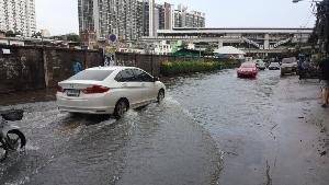 น้ำรอการระบาย! ถ.อุดมสุข-ถ.พัฒนาการ อ่วมจมบาดาล หลังฝนถล่มกรุง