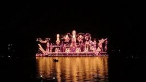 (ภาพชุด) ปีหน้ามากันอีก! นักท่องเที่ยวตื่นตาเรือไฟไหลน้ำโขงนครพนม