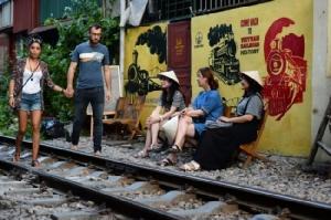 ชาวเวียดนาม-นักท่องเที่ยวแห่เซลฟี่คู่รางรถไฟสมัยอาณานิคมอวดลงสื่อโซเชียล