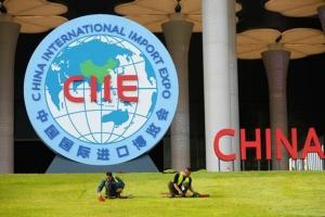 ศูนย์การประชุมและแสดงนิทรรศการแห่งชาติ (National Exhibition and Convention Center) สถานที่จัดแสดงเมกะ เอ็กซ์โป China International Import Expo (CIIE) ในนครเซี่ยงไฮ้ ภาพวันที่ 26 ต.ค. 2018 (ภาพ รอยเตอร์ส)