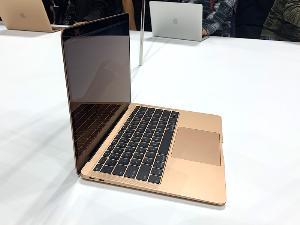 ด้านซ้ายของ MacBook Air จะมีพอร์ต Thunder Bolt 3 (USB-C) 2 พอร์ต เป็นพอร์ตหลักในการใช้งาน