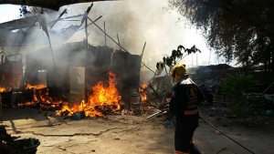 เพลิงไหม้แคมป์คนงาน ลมแรงลุกลามหลายหลัง ยายชราขนของหนีตายวุ่น