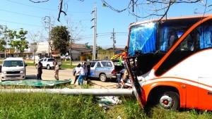 รถโดยสารอุดรฯ-เลย ประสบอุบัติเหตุชนป้ายบอกทางขนาดใหญ่
