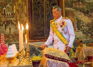 สมเด็จพระเจ้าอยู่หัว ทรงบำเพ็ญพระราชกุศลถวายผ้าพระกฐินวัดสุทัศน-วัดอรุณ เป็นวันที่สาม